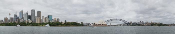 Blick vom Mrs Macquarie's Chair mit Skyline, Oper und Brücke (Panorama, klicken zum Vergrößern)