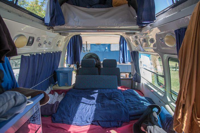 Bett im unteren Bereich, oben das zweite Bett (eingeklappt) als Stauraum