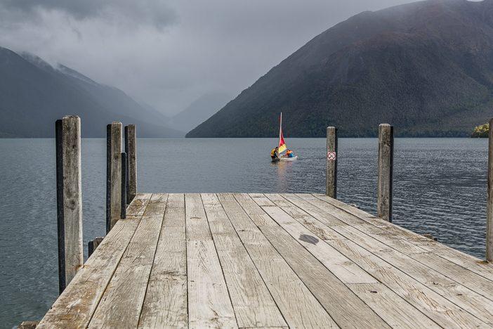 """Lake Rotoiti bei """"Weltuntergangswetter"""" mit Segelboot"""