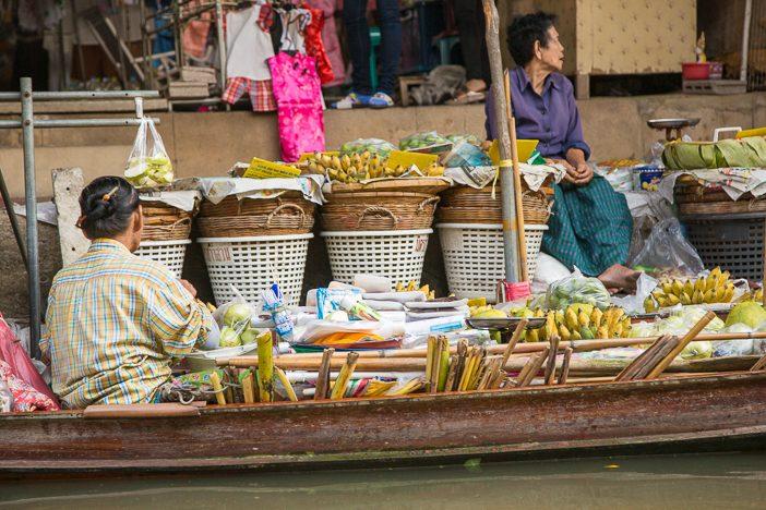 Boote und Behausungen am Ufer fungieren als Läden