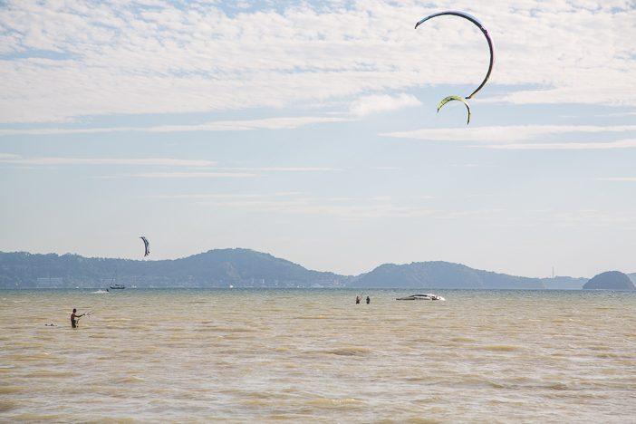 Ersteinmal den Kite halten und steuern lernen. Erst später geht es auf das Board.