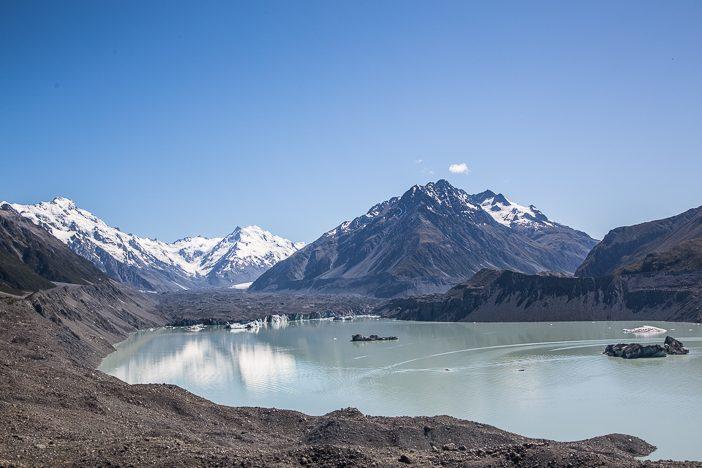 """Tasman Glacier Lake (der Gletscher ist mit Geröll überzogen und ist das """"dunkle Zeug"""" am Ende des Sees)"""